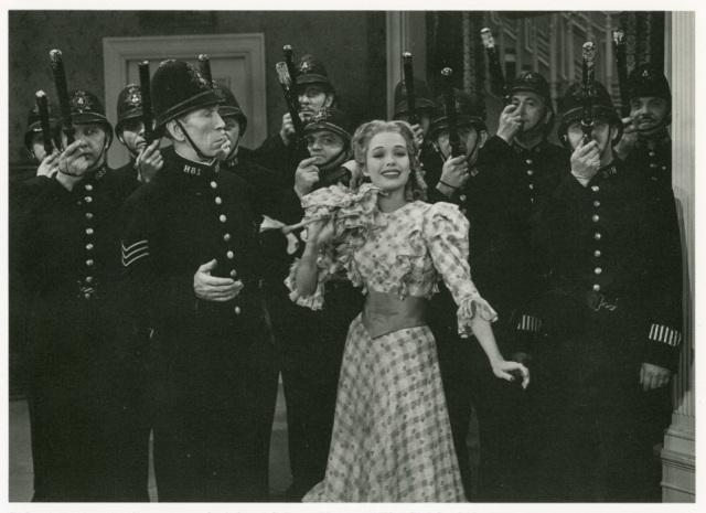 """Delos, el policía junto a Irene Hervey en """"The Girl Said No""""."""